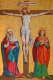 KREMNICA, ESLOVAQUIA - 16 DE JULIO DE 2017: La pintura neogótica en la crucifixión de madera Imagenes de archivo