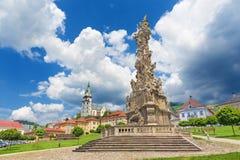 Kremnica - Safarikovo广场由Dionyz Ignac Stanetti城堡和圣凯瑟琳教会的巴洛克式的三位一体专栏 库存图片