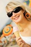 kremowa kobieta lodu jedzenia Zdjęcie Stock