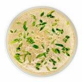 Kremowa polewka z zielonej cebuli odgórnym widokiem na białym tle Zdjęcie Royalty Free