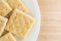 Kremowego sera i szczypiorków krakers na białym talerzu Zdjęcia Stock