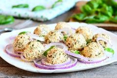 Kremowego sera piłki na talerzu Kremowego sera piłki z pikantność i piec sezamowymi ziarnami Zdjęcie Royalty Free