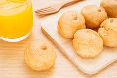 Kremowi chuchy i sok pomarańczowy obrazy royalty free