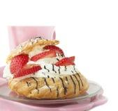 Kremowi chuchy z truskawkami dla śniadania Zdjęcia Royalty Free