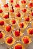 Kremowi i jagodowi desery Fotografia Royalty Free