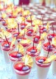 Kremowi i jagodowi desery, tonujący Zdjęcie Royalty Free