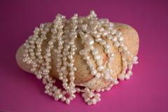 Kremowi słodkowodni perła sznurki na skale Zdjęcia Stock