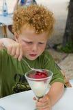 kremowy łasowania lodu dzieciak Zdjęcie Royalty Free