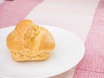 Kremowy chuch na białym naczyniu na różowym tablecloth, Obraz Royalty Free