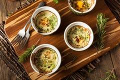 Kremowy jajko Piec w Ramekin obrazy stock
