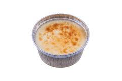 Kremowy karmelu deser piec w aluminiowej folii filiżance odizolowywającej na bielu Zdjęcie Royalty Free