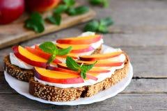 Kremowy ser i owocowy kanapka pomysł Jaskrawe kanapki z kremowym serem, świeżymi nektaryna plasterkami, orzechami włoskimi i menn Zdjęcie Stock