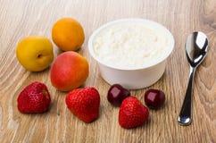 Kremowy ser w słoju, łyżce, morelach, wiśniach i truskawkach, Obraz Stock