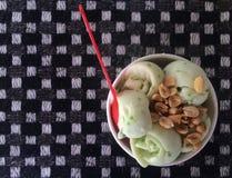 kremy szyszek tła czekoladowe lody lodu nad pistacjowym waniliowym truskawkowy white Fotografia Stock