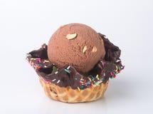 kremy szyszek tła czekoladowe lody lodu nad pistacjowym waniliowym truskawkowy white Czekoladowa lody miarka na tle Fotografia Stock