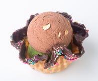 kremy szyszek tła czekoladowe lody lodu nad pistacjowym waniliowym truskawkowy white Czekoladowa lody miarka na tle Obrazy Royalty Free