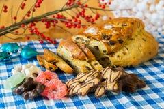 Krentenbrood met amandeldeeg en ander zoet voedsel Stock Foto