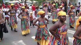 Kreolische M?dchen Tanzen, Parade am 14. Juli, franz?sischer Nationalfeiertag in Marigot stock footage
