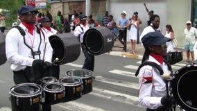 Kreolisches Band an der Parade auf dem am 14. Juli, der franz?sische Nationalfeiertag in Marigot stock video