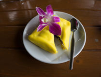 Krepa wyśmienicie deser w białym dysku Fotografia Royalty Free