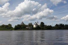 Krepost Staraya Ladoga. Vid mit Volkhov. Lizenzfreies Stockbild