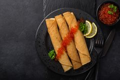 Krepp mit rotem Kaviar Lizenzfreies Stockfoto