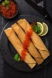 Krepp mit rotem Kaviar Lizenzfreie Stockfotografie