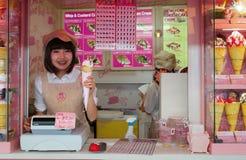 Krepp und Eiscremeverkäufer an Harajukus Takeshita-Straße Stockfotos