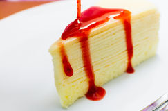 Kreppkuchen mit Erdbeeresoße Lizenzfreie Stockfotografie