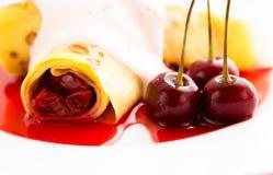 Krepppfannkuchen mit Kirsche Stockfoto
