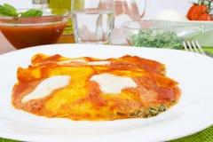 Krepps angefüllt mit Spinat und Mozzarella Stockbilder