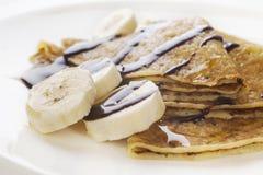 Krepps mit Bananen-und Schokoladen-Soße stockbild