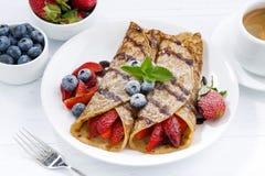 Krepps mit Beeren und Schokoladensoße zum Frühstück Lizenzfreie Stockbilder