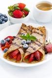 Krepps mit Beeren und Schokoladensoße zum Frühstück auf Platte Stockbild