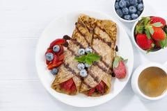 Krepps mit Beeren und Schokoladensoße zum Frühstück, Draufsicht Stockfoto