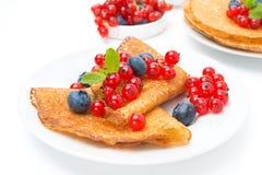 Krepps mit den frischen Beeren zum Frühstück, lokalisiert Stockbild