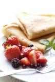 Krepps mit Erdbeeren stockbilder