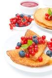 Krepps mit frischen Beeren und dem Stau zum Frühstück, lokalisiert Stockfoto