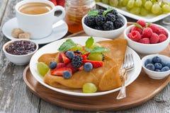 Krepps mit frischen Beeren und Honig, Kaffee zum Frühstück Stockbild