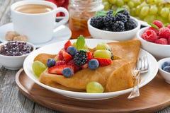 Krepps mit frischen Beeren und Honig, Kaffee zum Frühstück Lizenzfreie Stockfotografie