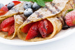 Krepps mit frischen Beeren und Schokoladensoße auf Platte, Nahaufnahme Lizenzfreies Stockbild