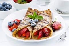 Krepps mit frischen Beeren und Schokoladensoße zum Frühstück Stockfotografie
