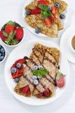 Krepps mit frischen Beeren und Schokoladensoße zum Frühstück Stockfotos
