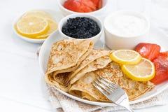 Krepps mit gesalzenen Fischen, Sauerrahm und Kaviar Lizenzfreie Stockfotografie