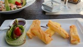 Krepps mit Hüttenkäse und Gemüse auf der weißen Platte Lizenzfreie Stockfotos