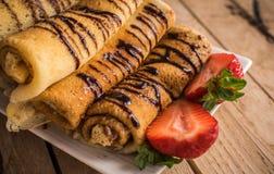 Krepps mit nutella und Erdbeeren Rustikaler hölzerner Hintergrund lizenzfreies stockfoto