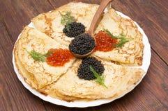 Krepps mit schwarzem und rotem Kaviar Lizenzfreie Stockfotografie