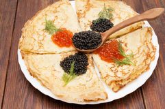 Krepps mit schwarzem und rotem Kaviar Stockbild
