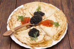 Krepps mit schwarzem und rotem Kaviar Stockfoto