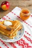 Krepps oder Blinis mit Honig und Sauerrahm zum Frühstück Stockfoto